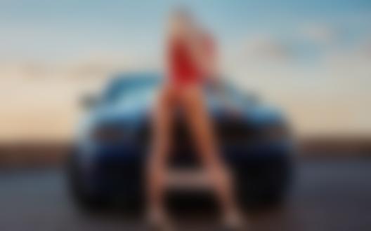 Обои Девушка-блондинка в красном стоит у авто