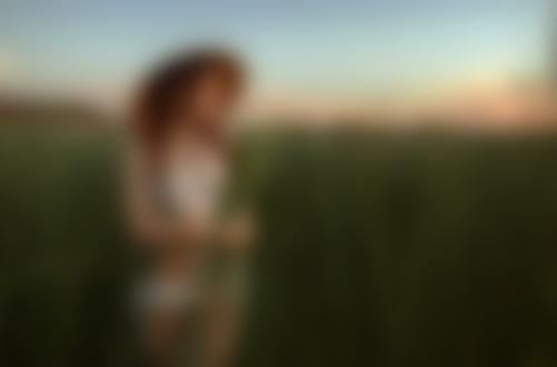 Обои Девушка в шляпе стоит в поле, фотограф Альберт Лесной