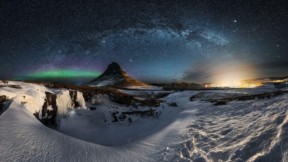 Обои для рабочего стола Млечный путь в ночном небе над зимней природой Iceland / Исландии, фотограф Mauro Cirigliano