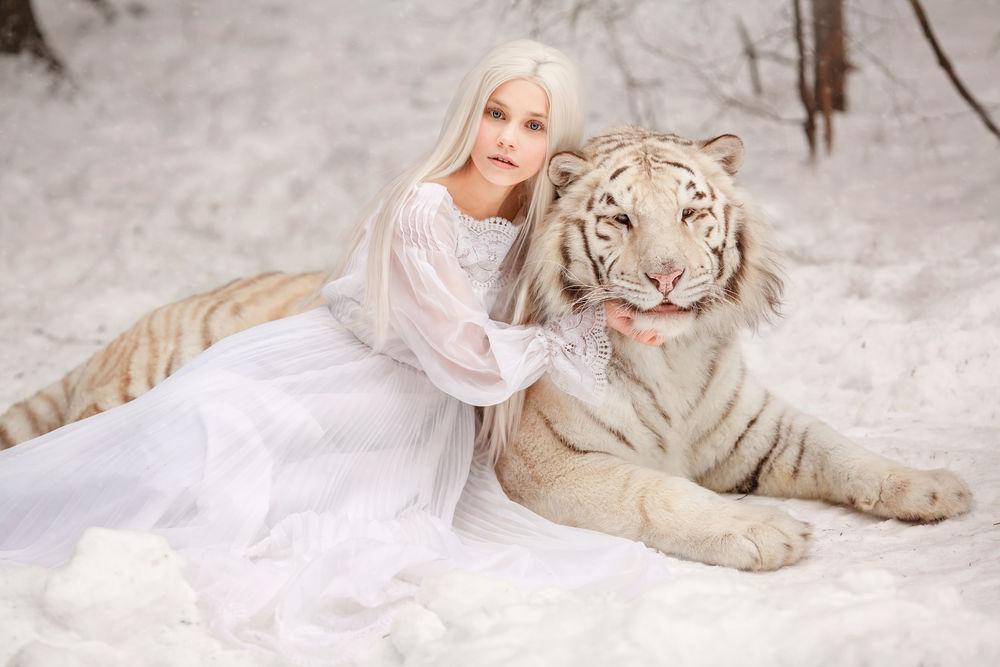 Обои для рабочего стола Девушка Алена обнимает тигра, by Svetlana Nikotina