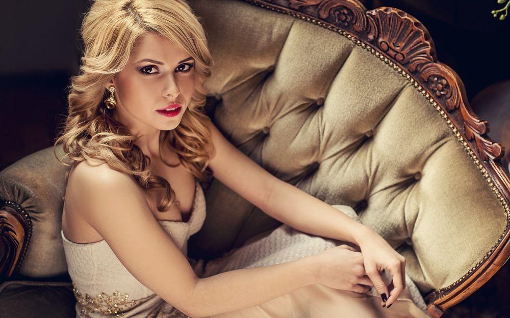 Обои для рабочего стола Симпатичная блондинка с карими глазами и красной помадой