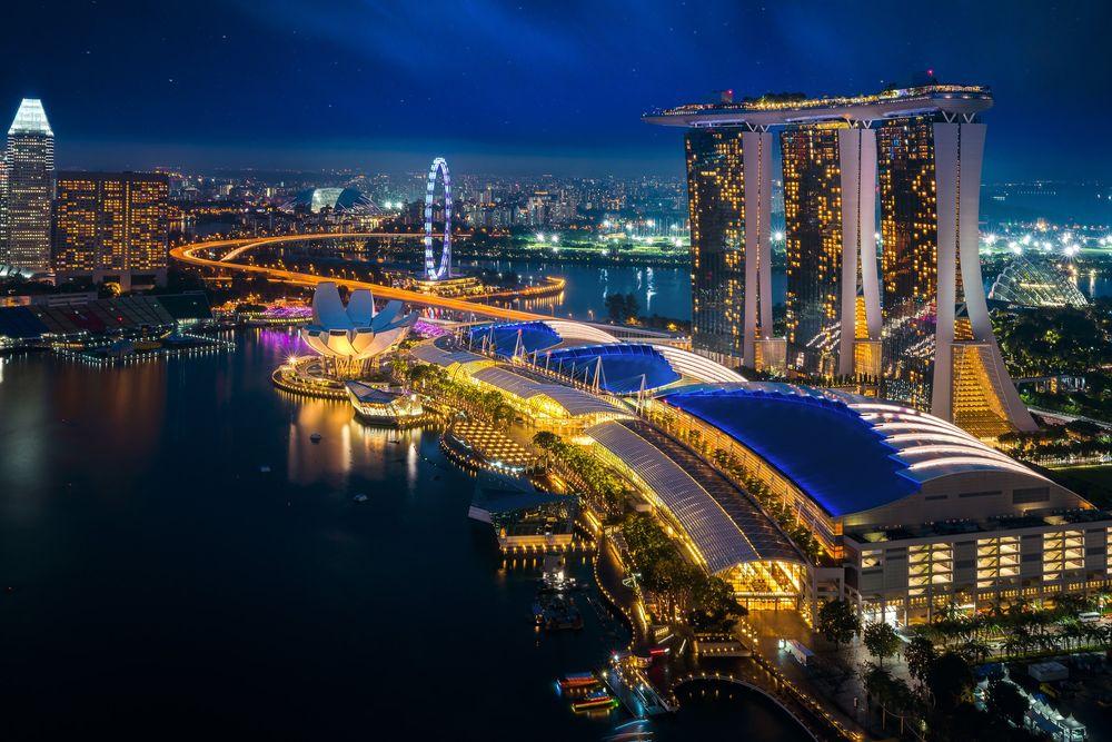 Обои для рабочего стола Вечерний вид на отель Marina bay sands / Марина Бэй Сэндс со стороны залива, Republic of Singapore / Республика Сингапур