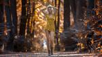 Обои Модель Saskia в желтом платье идет по дороге, by Markus Hertzsch
