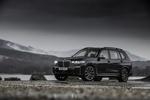 Обои Черный BMW X7 M50d стоит под дождем, у реки на фоне гор, покрытых туманом