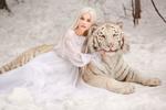 Обои Девушка Алена обнимает тигра, by Svetlana Nikotina