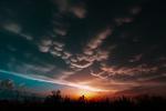 Обои Яркий закат под небом с волнистыми облаками, фотограф Ренат