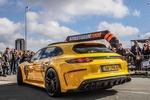 Обои Немецкое авто марки Porsche Panamera модели Turbo S E-Hybrid Sport Turismo (971) заезжает под арку, 2017 года
