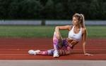 Обои Спортивная девушка Настя Михеева сидит на беговой дорожке, фотограф Ilya Pistoletov