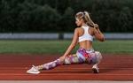 Обои Спортивная девушка Настя Михеева делает растяжку на беговой дорожке, фотограф Ilya Pistoletov