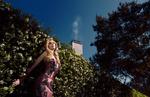 Обои Модель Chanel Gray стоит у цветущего куста, фотограф Jvdas Berra