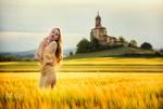 Обои Модель Аня стоит на поле. Фотограф Pablo Canas
