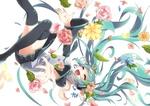 Обои Vocaloid Hatsune Miku / вокалоид Хатсуне Мику счастливая кувыркается в воздухе среди роз и др. цветов