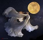 Обои Девушка в белом платье парит в небе с полной луной. Фотограф Duong Quoc Dinh