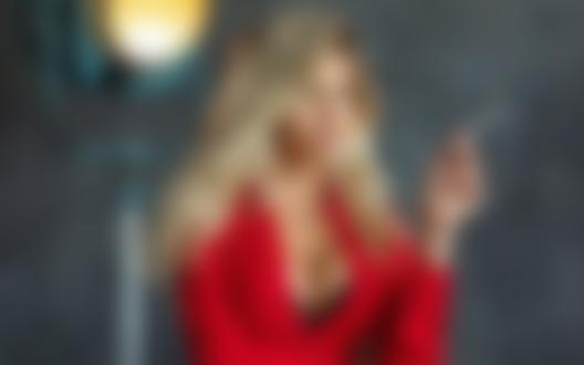 Обои Модель Nata Lee в красном платье с сигаретой в руке, фотограф Александр MAVRIN