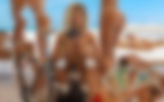 Обои Модель Nata Lee и другие девушки на пляже, фотограф Александр MAVRIN