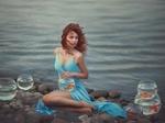 Обои Девушка сидит на берегу и держит аквариум с рыбкой. Фотограф Марина Жаринова