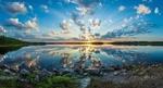 Обои Закат на озере, облачное небо и солнце отражаются в воде