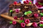 Обои Кусочек шоколадного торта с ягодами малины и мятой, фотограф Evgenia Lysakov