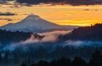 Обои Горы под облачным небом на закате