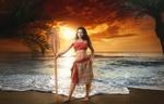 Обои Девушка в образе Моаны Ваялики / Moana Waialiki с веслом стоит на берегу океана, из мультфильма Моана / Moana