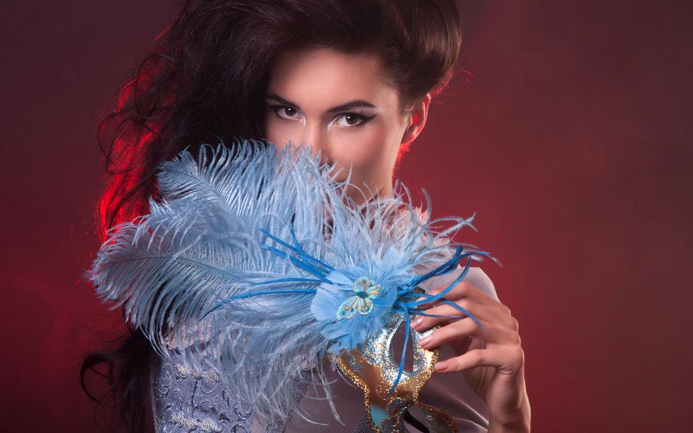 Обои для рабочего стола Длинноволосая девушка с маской и с перьями в руке, автор Dmitrijs Dmitrijevs