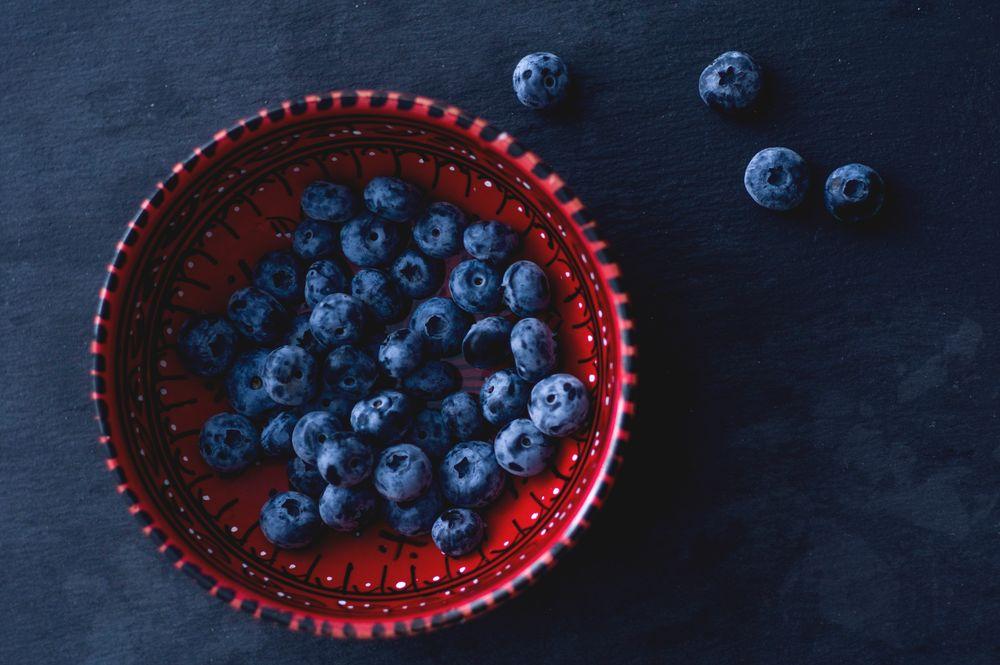 Обои для рабочего стола Тарелка с ягодами черники, автор Elena Mozhvilo