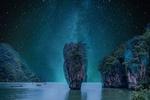 Обои Лодки плывут среди скал в море звездной ночью, by enriquelopezgarre
