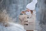 Обои Девочка держит в руках вязанную корзину с котенком, фотограф Елена Миронова