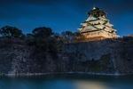 Обои Замок с подсветкой у водоема с растущими на его берегах деревьями на фоне ночного неба, Осака / Osaka, Япония / Japan
