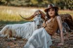 Обои Девушка Marysia в шляпе сидит на земле рядом с козлом, фотограф Janusz Zolnierczyk
