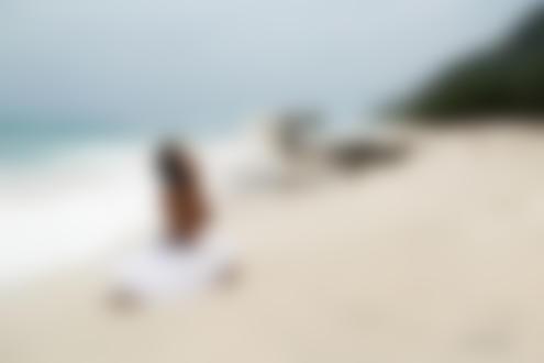 Обои Полуобнаженная девушка сидит на пляже, by Svetlana nikonova