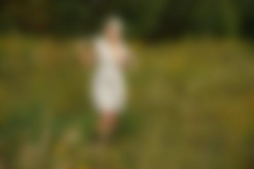 Обои Девушка с платком на голове и в белом платье с обнаженной грудью стоит в поле на фоне природы, фотограф Воронцов Игорь