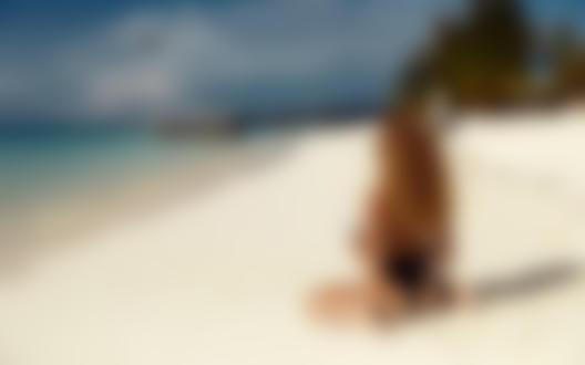 Обои Модель Julia Yaroshenko / Юлия Ярошенко сидит на побережье