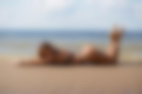 Обои Девушка в купальнике позирует на пляже