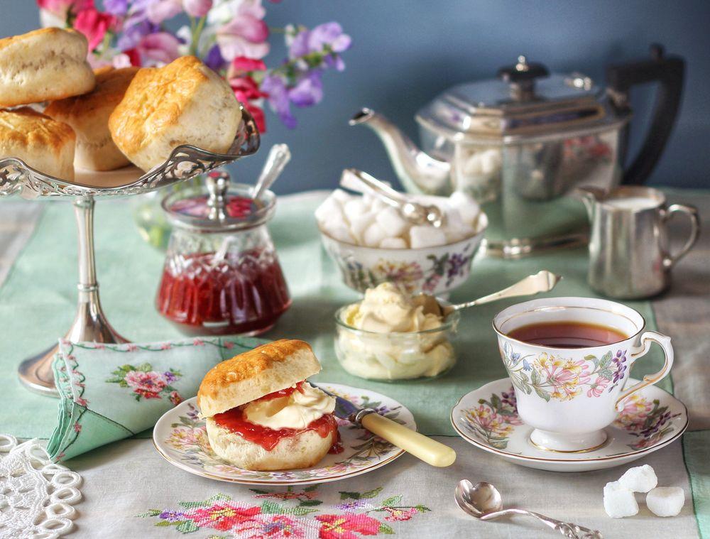 День рождения, открытки накрытый стол для утреннего чаепития и слова доброе утро