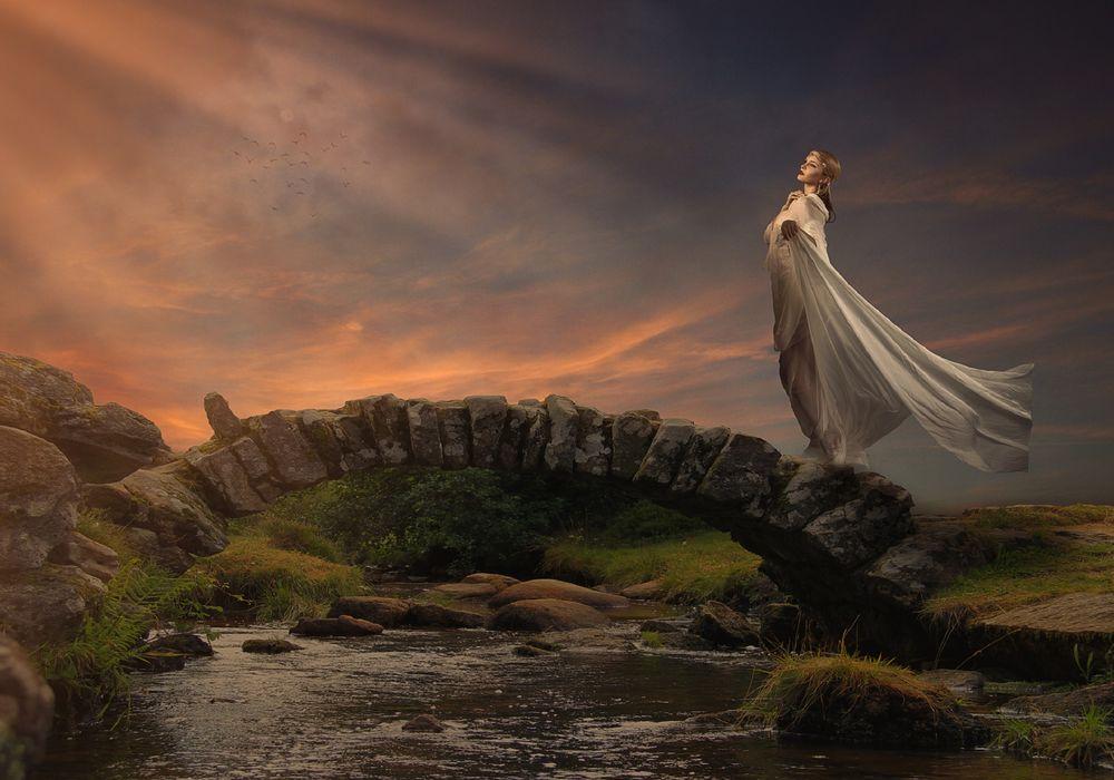 Обои для рабочего стола Девушка стоит на каменном мосту, фотограф Sergii Vidov