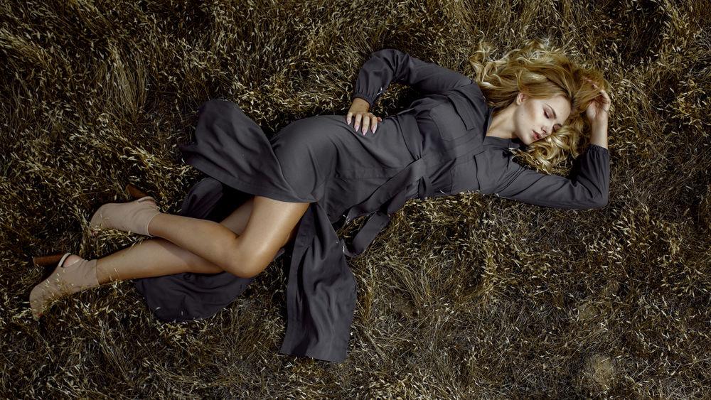 Обои для рабочего стола Девушка Карла лежит на земле, by Damian Piоrko