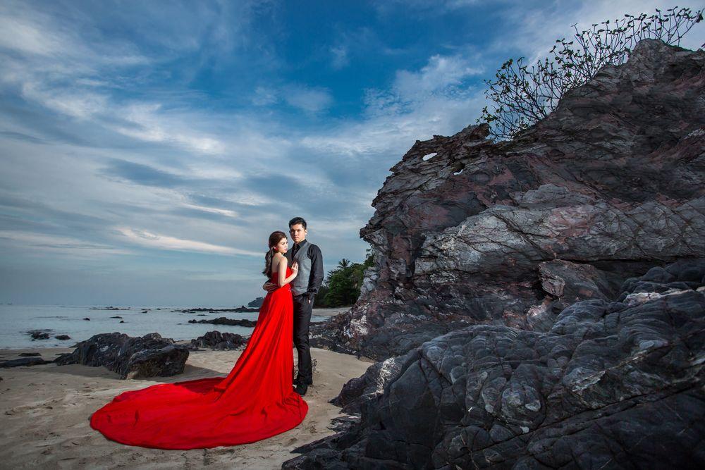 Обои для рабочего стола Жених и невеста у скал на морском берегу, by Sonam Prajapati
