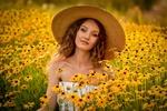Обои Модель Anastasia Mazzei в шляпе стоит в цветах