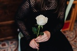 Обои В руках девушки белая роза, by Artsy Vibes