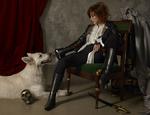 Обои Милен Фармер сидит на кресле рядом с собакой
