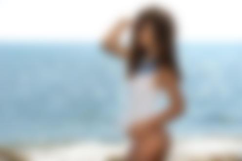 Обои Крпсивая девушка стоит на фоне моря, фотограф Mauro Saranga