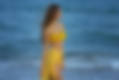Обои Девушка в желтом стоит на фоне моря, фотограф Giovanni Zacche