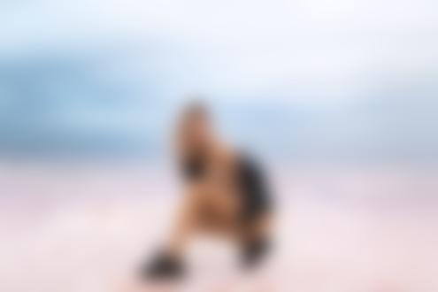 Обои Модель Кристина в расстегнутой кожаной курточке присела у моря, фотограф Vitaly Skitaev