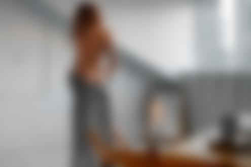 Обои Модель Наташа Михеева в приспущенном халате стоит в комнате и отражается в зеркале, фотограф Павел Ермаков