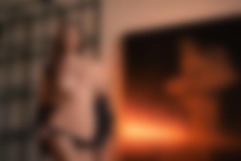 Обои Модель Диша Шеметова в расстегнутой кожанке и черных трусиках стоит в комнате на фоне стены с картиной