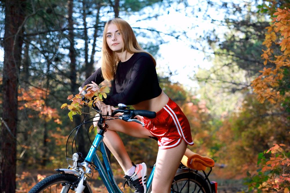 Обои для рабочего стола Модель Dakota Pink на велосипеде
