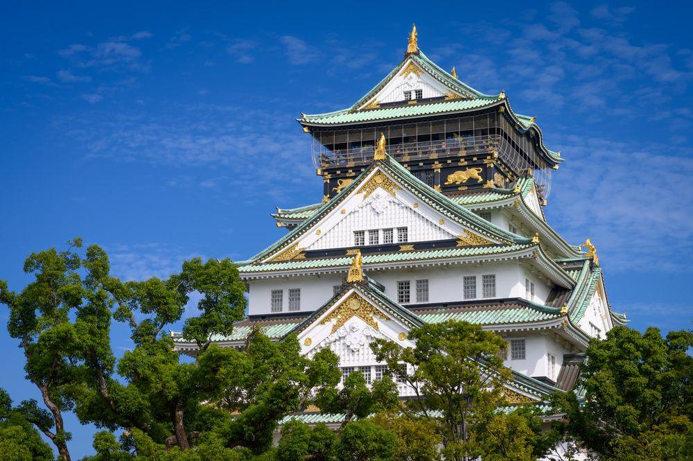 Обои для рабочего стола Замок с деревьями на фоне голубого неба, Осака / Osaka, Япония / Japan