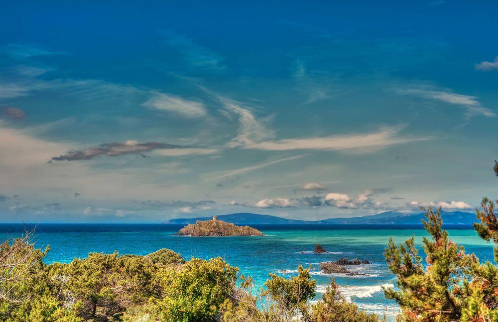 Обои для рабочего стола Вид на остров с башней в окружении моря, фотограф Giovanni Piras