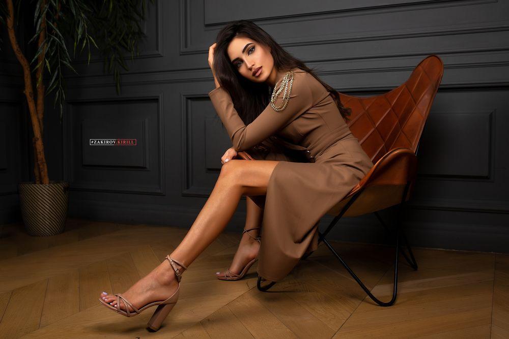 Обои для рабочего стола Модель Leyla Kurbanova сидит в кресле, фотограф Cyril Zakirov